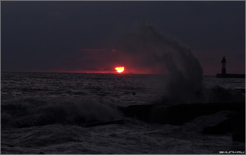А зубастый крокодил - солнце в небе проглотил - сочи маяк море небо облака лучи солнце фото фотосайт