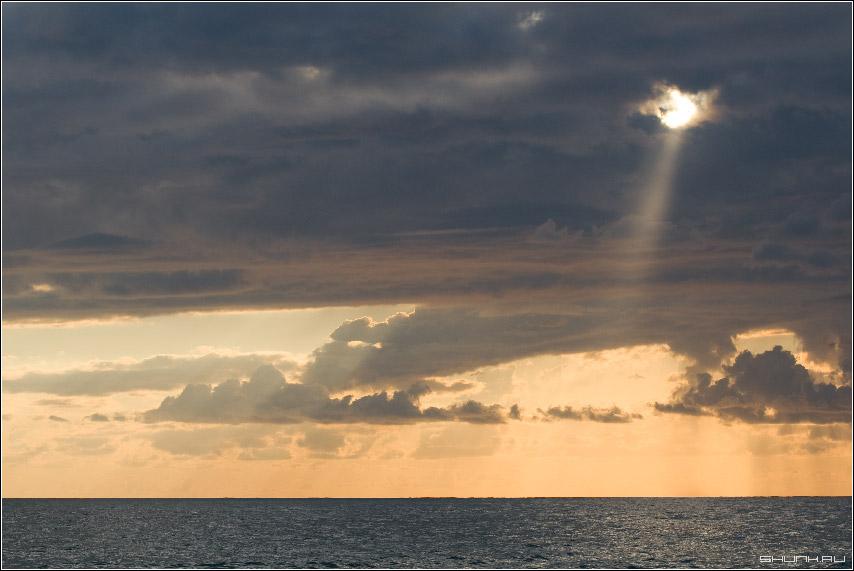 Небесный прожектор - сочи небо луч море закат фото фотосайт