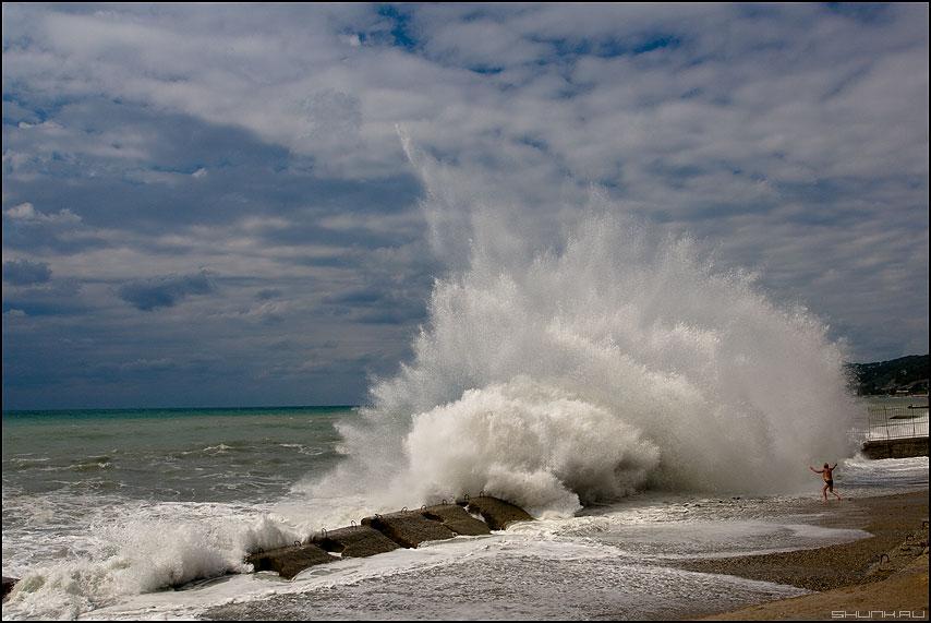 Человек и стихия - сочи море волна человек шторм волнорез фото фотосайт