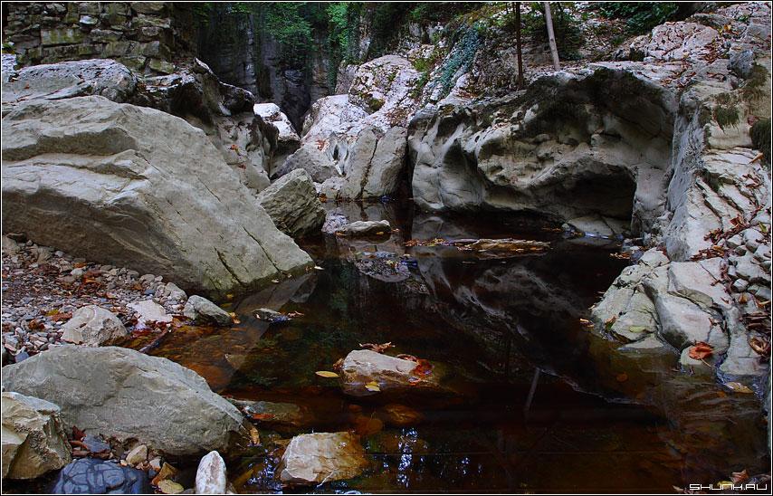 Камни Агурских водопадов - окрестности хосты озеро камни фото фотосайт