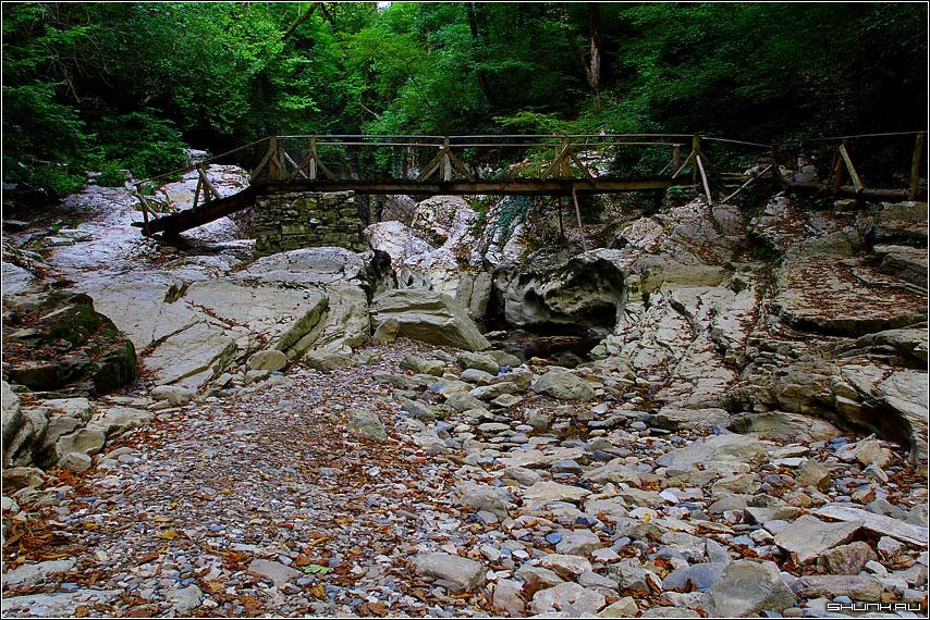 Мост через бывшую реку - окрестности хосты озеро камни агурские водопады фото фотосайт