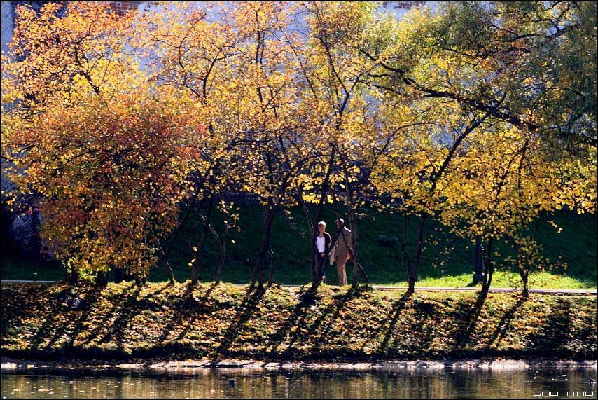 Немного о любви и осени - осень парочка пара он и она желая листва пруд фото фотосайт