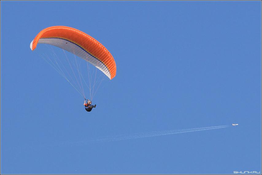 Про разные скорости - самолет парашютись небо фото фотосайт