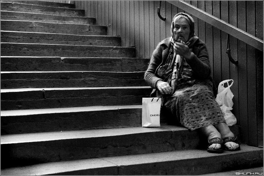 И снова про ступени судьбы - бабушка переход ступени чб фото фотосайт