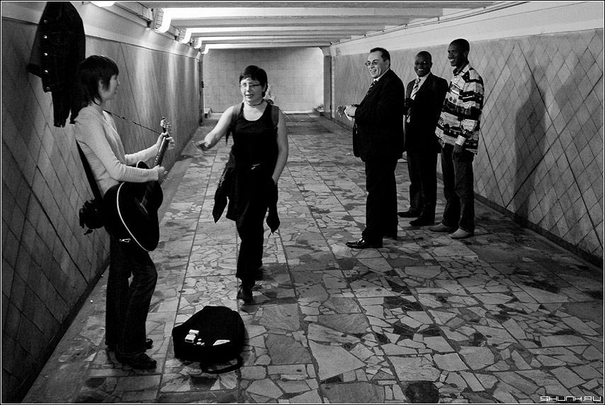 Случай в переходе - переход иностранцы музыкант гитара фото фотосайт