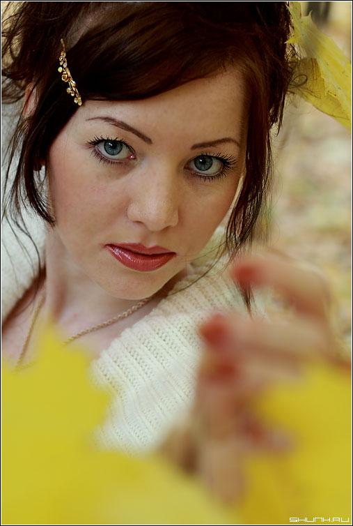 Держась за уходящую осень - портрет осень белый девушка фото фотосайт