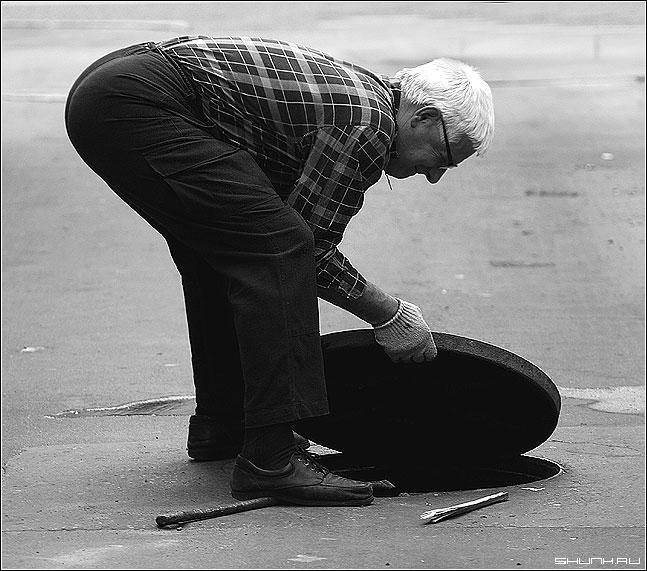 Не плюй в колодец - мужик колодец люк чб профессия ремонтник слесарь фото фотосайт