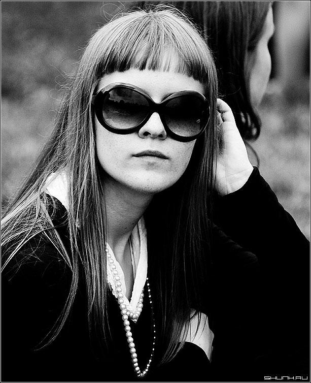 в ОЧКАХ - чб портрет девушка фото фотосайт