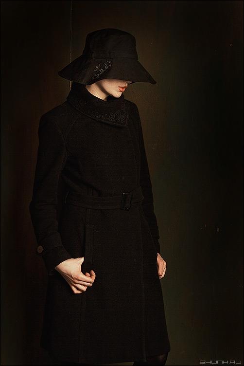 Christine - пальто девушка модель шляпа студия руки фото фотосайт