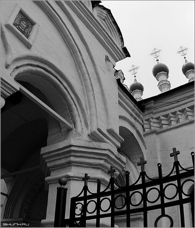 ...Только серые они и ни крапа золота.. - купола церковь чб угол ширик фото фотосайт