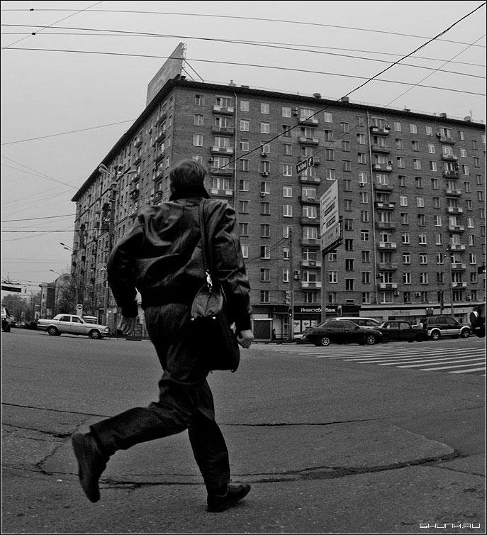 Бегущий человек - город дорога переход здание фото фотосайт