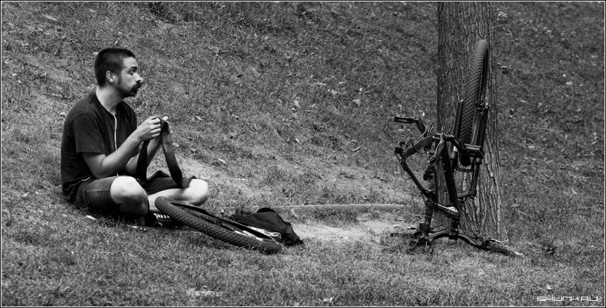 Неудача - мужик велосипедист велосипед чб чернобелое фото фотосайт