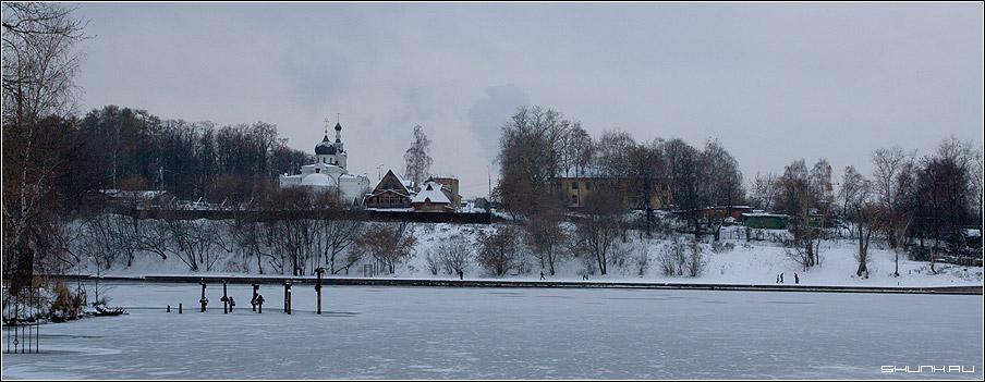 Церковь на холме - зима москва река берег лед церковь деревья фото фотосайт