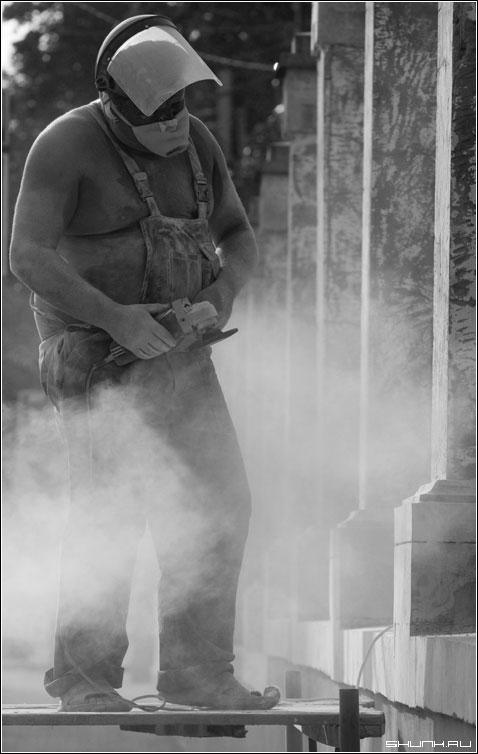 У каждой профессии запах особый... - каменщик чб пыль фото фотосайт