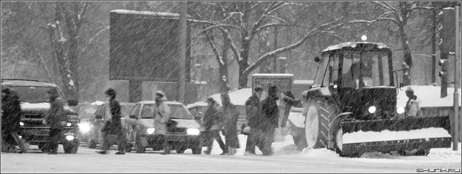 Время года - не сметь... - зима метель переход люди трактор метель черно-белое фото фотосайт