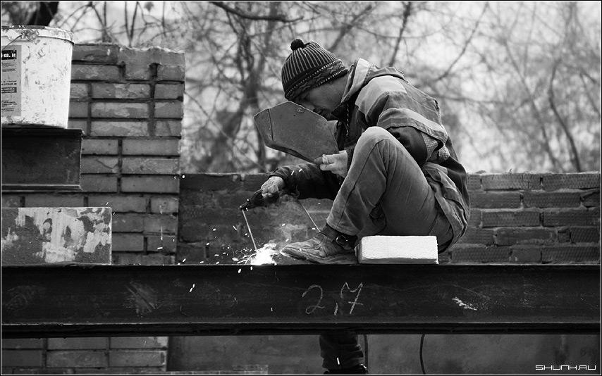 Про тяжелый труд - сварщик искры сварка черно-белое фото фотосайт