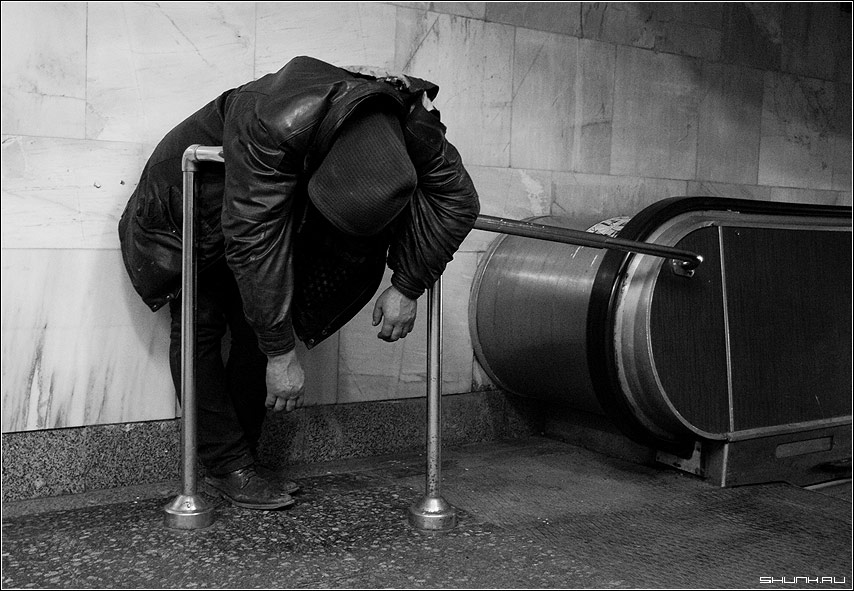 Добро пожаловать, или посторонним вход воспрещен! - бомж метро эскалатор черно-белое фото фотосайт