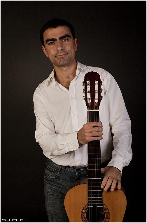 Неизвестный бард - студия гитара белая рубашка майс фото фотосайт