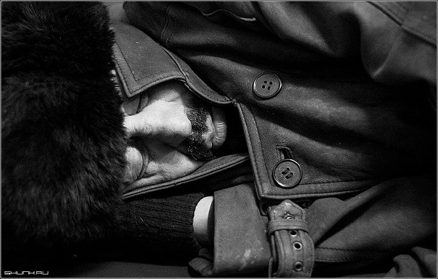 СОН - бомж метро шапка чб чернобелое пуговицы усы фото фотосайт
