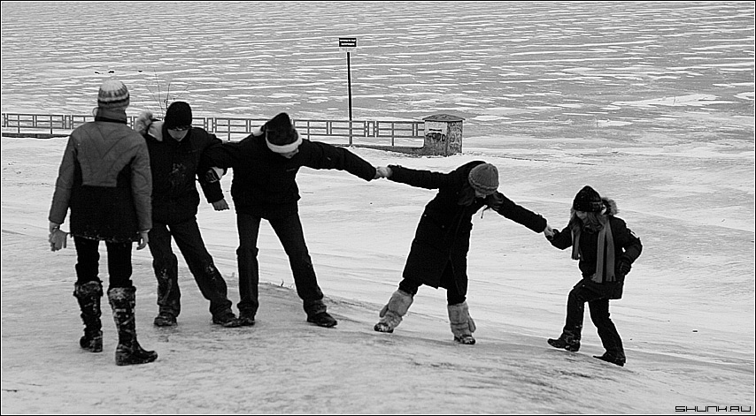Дети на горке - зима леденая горка чб чернобелое дети за руки фото фотосайт