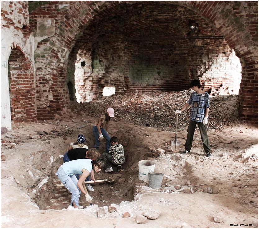 Вот и пол показался - раскопки востановление храм церковь кирпичи фото фотосайт