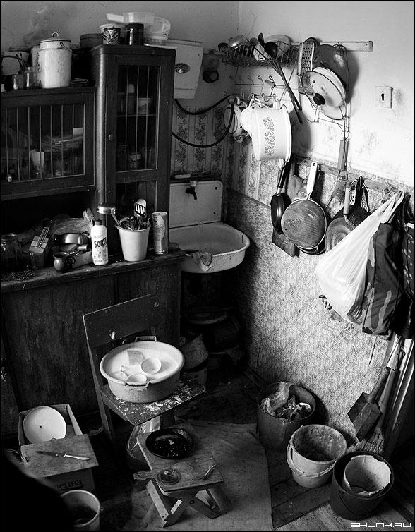 Кухня в деревне - кухня тазик ведра умывашьник шкаф фото фотосайт