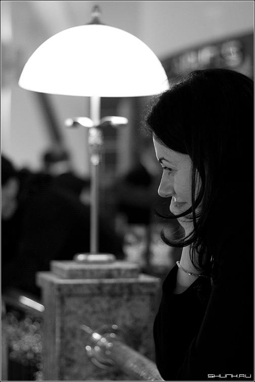Под луной - профиль черно-белое лампа волосы локоны фото фотосайт