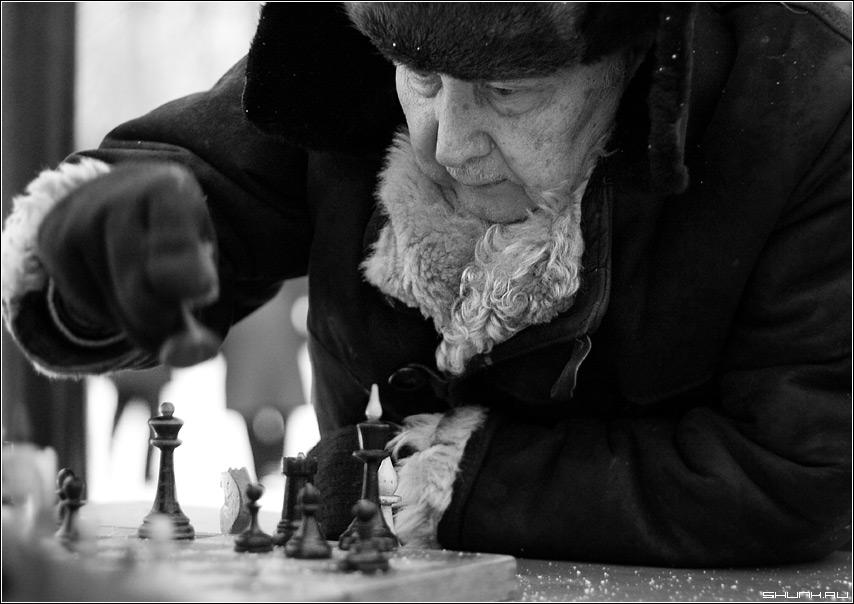 E2-E4 - шахматы пенсионеры игра ферзь тулуп старик фото фотосайт