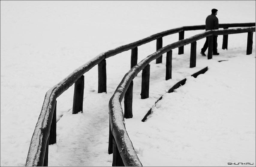 Поворот судьбы - дорога пруд ограда снег зима человек фото фотосайт
