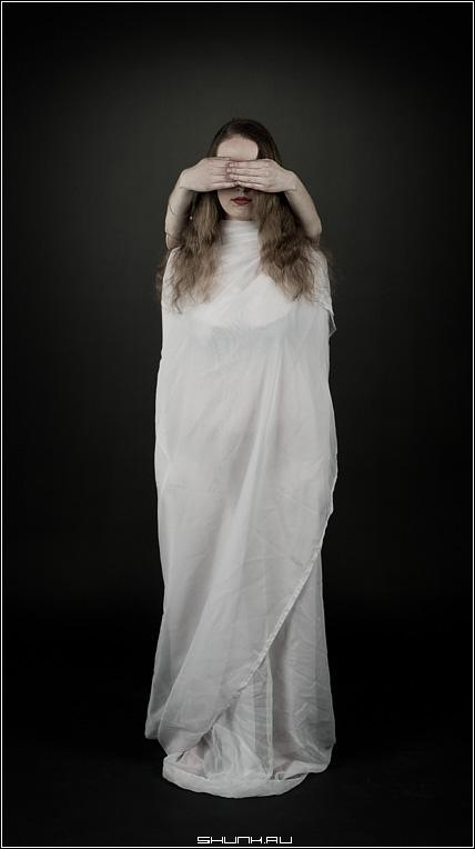 За мгновенье до прозрения - студия белая простыня руки губы свет фото фотосайт