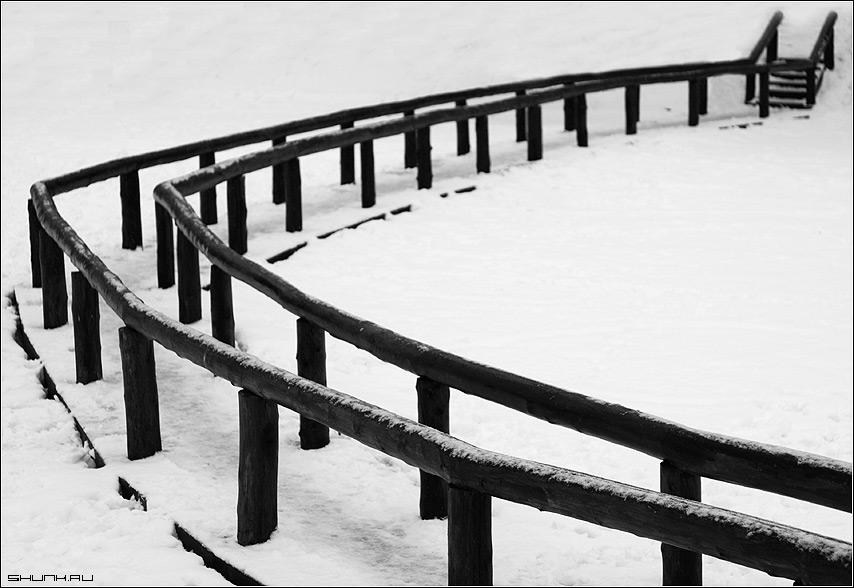 Изгибы - снег дорога поручни мост пруд фото фотосайт