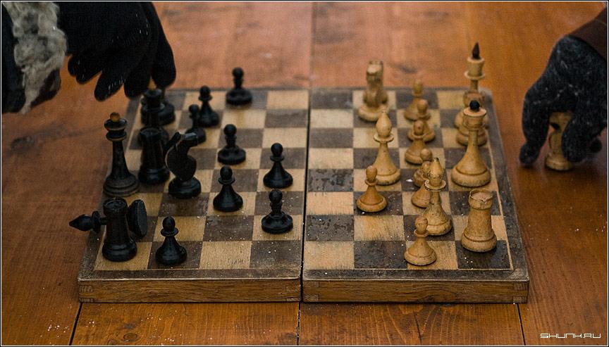 Партия - шахматы улица зима перчатки доска стол фото фотосайт