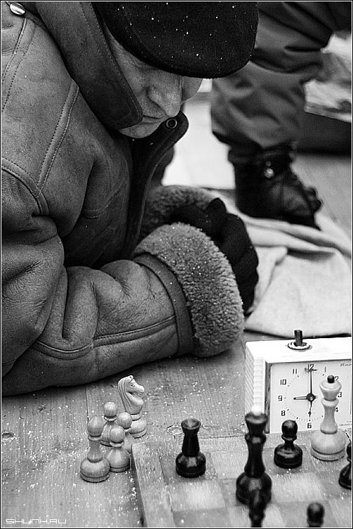 Сторонний наблюдатель - шахматы улица зима перчатки доска стол часы пешка черно-белое фото фотосайт