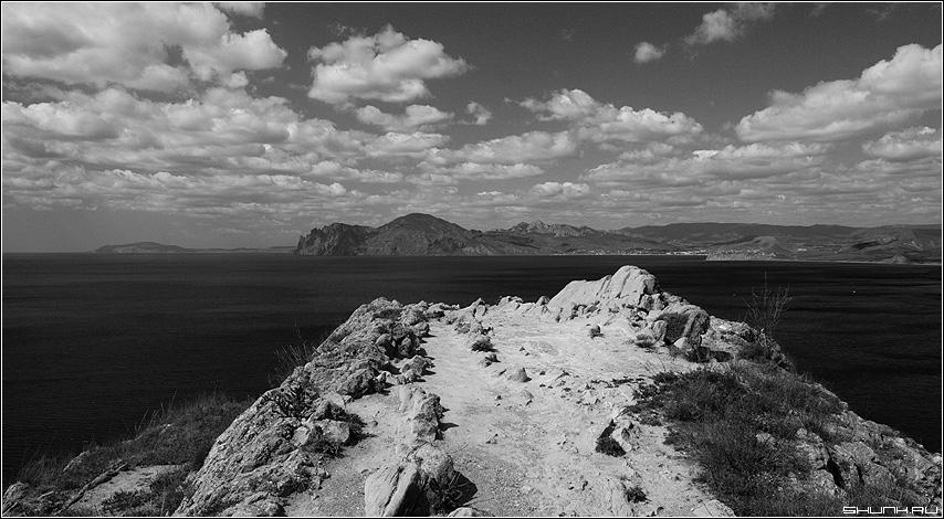 На мысе - крым вид кара-даг чернобелое небо фото фотосайт