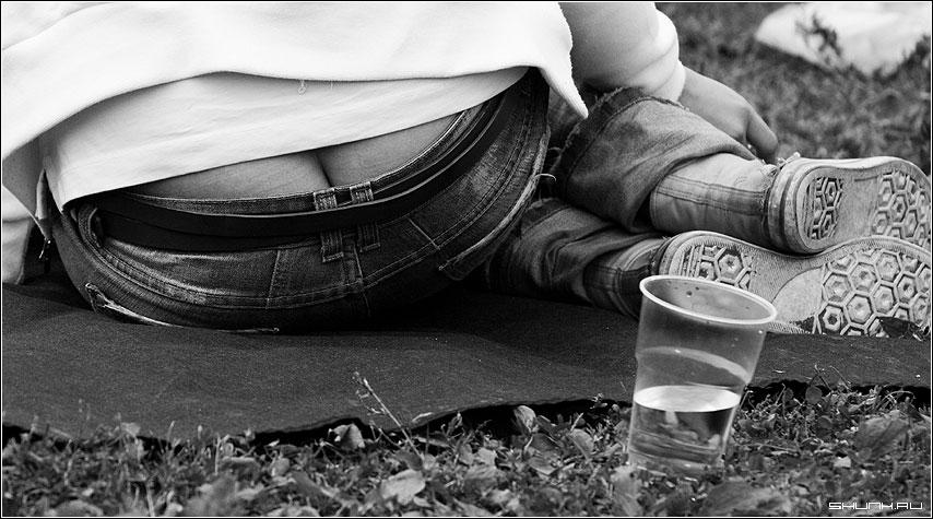 Понедельник - день тяжелый - трава стакан афиша джинсы жопа фото фотосайт