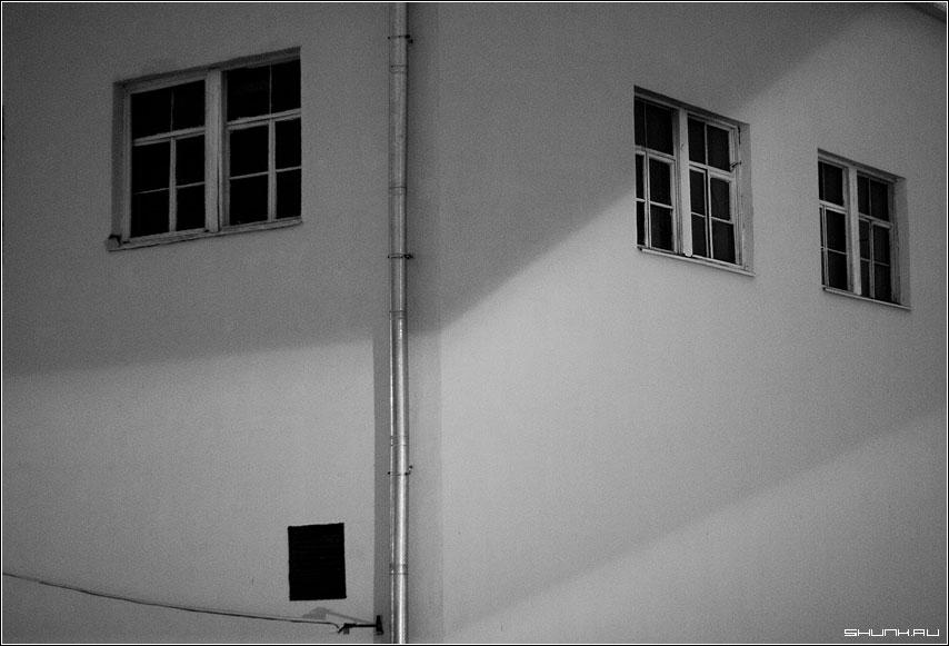 Окна - здание чб окна труба водосток фото фотосайт
