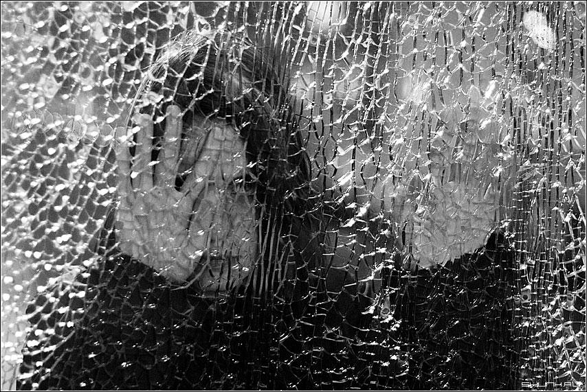 Про нашу жизнь - стекло осколки трещина рука лицо портрет фото фотосайт
