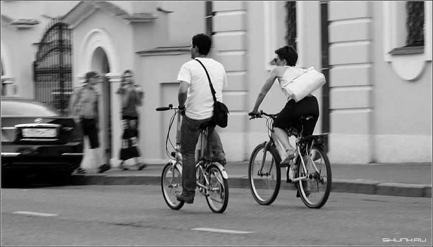 Вело прогулка - пара велосипед вело сумка чернобелое фото фотосайт