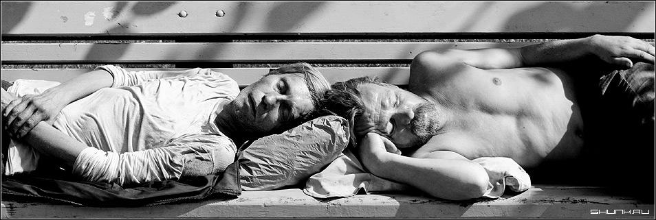 Сон - бомж бомжи сон скамейка чб чернобелое фото фотосайт