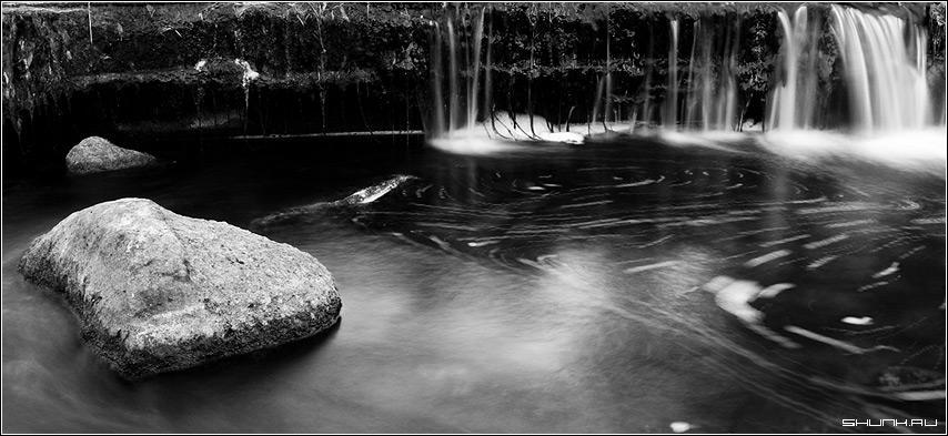 Под лежачий камень вода не течет - камень ручей река вода чернобелое фото фотосайт