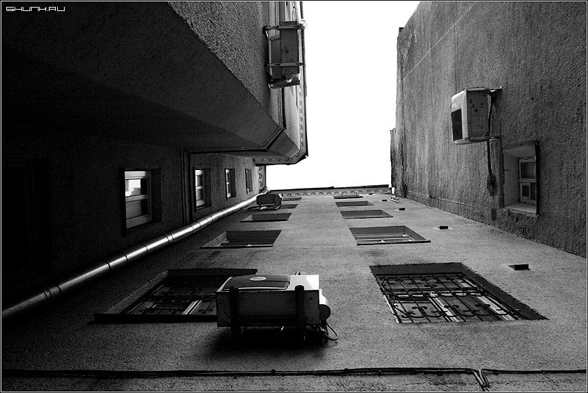 Мне бы в небо - чернобелое взгляд небо двор москва фото фотосайт