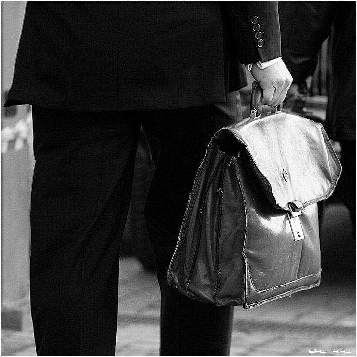 Короткая история про портфель - портфель чб чернобелое рука бизнесмен квадрат фото фотосайт