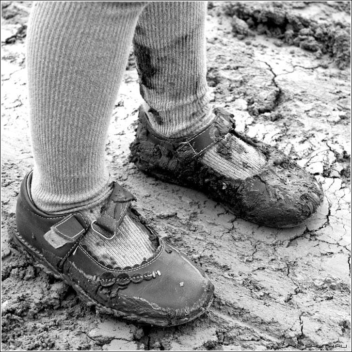 Кусочек из детства - грязь туфли детство земля чернобелое квадрат фото фотосайт