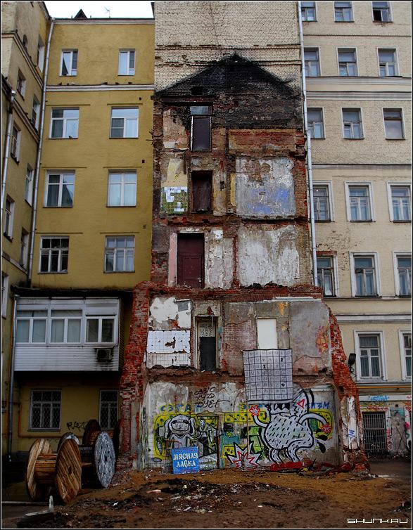 Исторический предрассудок - здание двор кирпичи москва развалины двери катушки фото фотосайт