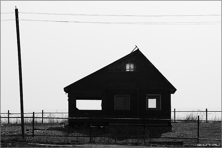 Домик в деревне - чернобелое чб дом деревня участок столб провода фото фотосайт