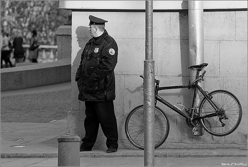 Страж - постовой охранник центр манежка велосипед тротуар фото фотосайт