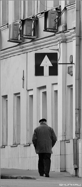 Односторонняя жизнь - знак человек улица москва спина черно-белое фото фотосайт