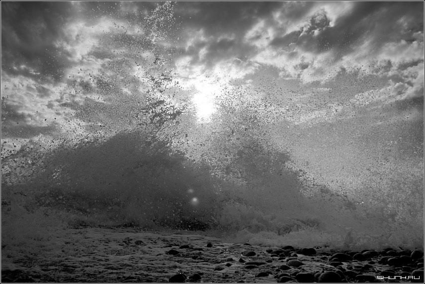 Под шепот брызг - сочи хоста море черное брызги прибой чб черно-белое фото фотосайт
