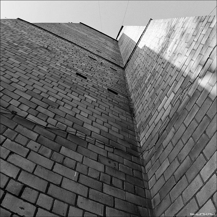 Кирпичный предрассудок - стена труба кирпичи небо чб чернобелое квадрат фото фотосайт