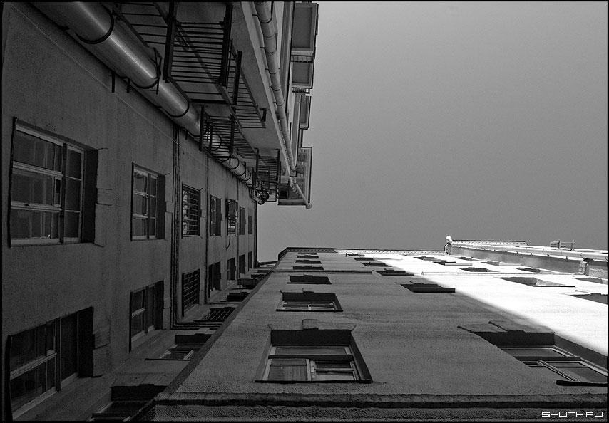 Серия Взгляд в небо - москва двор небо взгляд верх чб черно-белое фото фотосайт